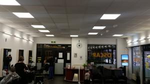 Deze budgetkapsalon uitstekend verlicht met onze LED panelen